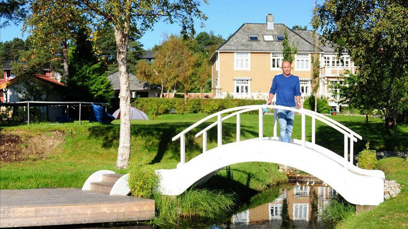 INGEN NÅDE: Erlend Indergaard på broen kommunen har pålagt ham å fjerne.